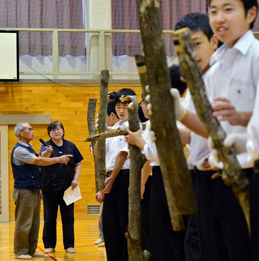 高校生に木の種類を教える親方