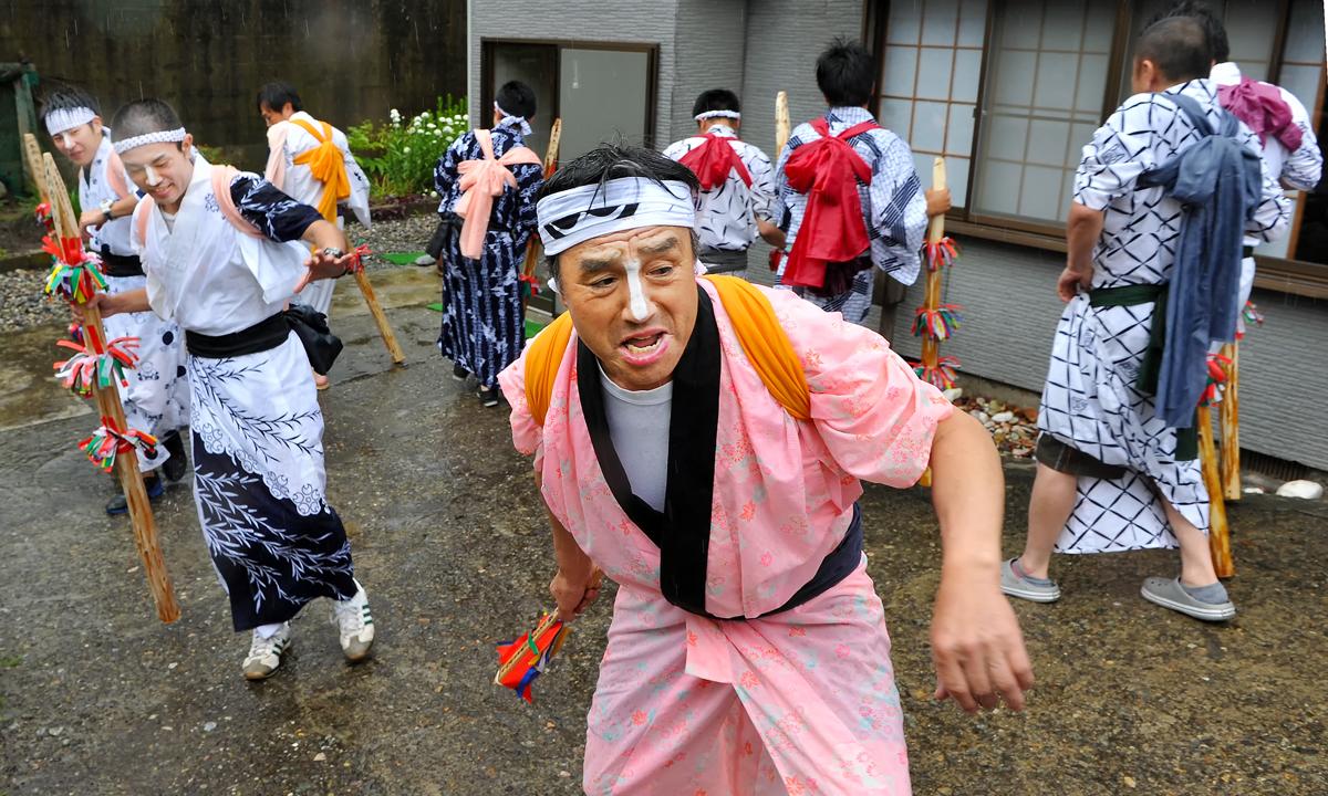 それでも懸命に踊る。今春、逝去された祭り好きのレンジさんの家の前で