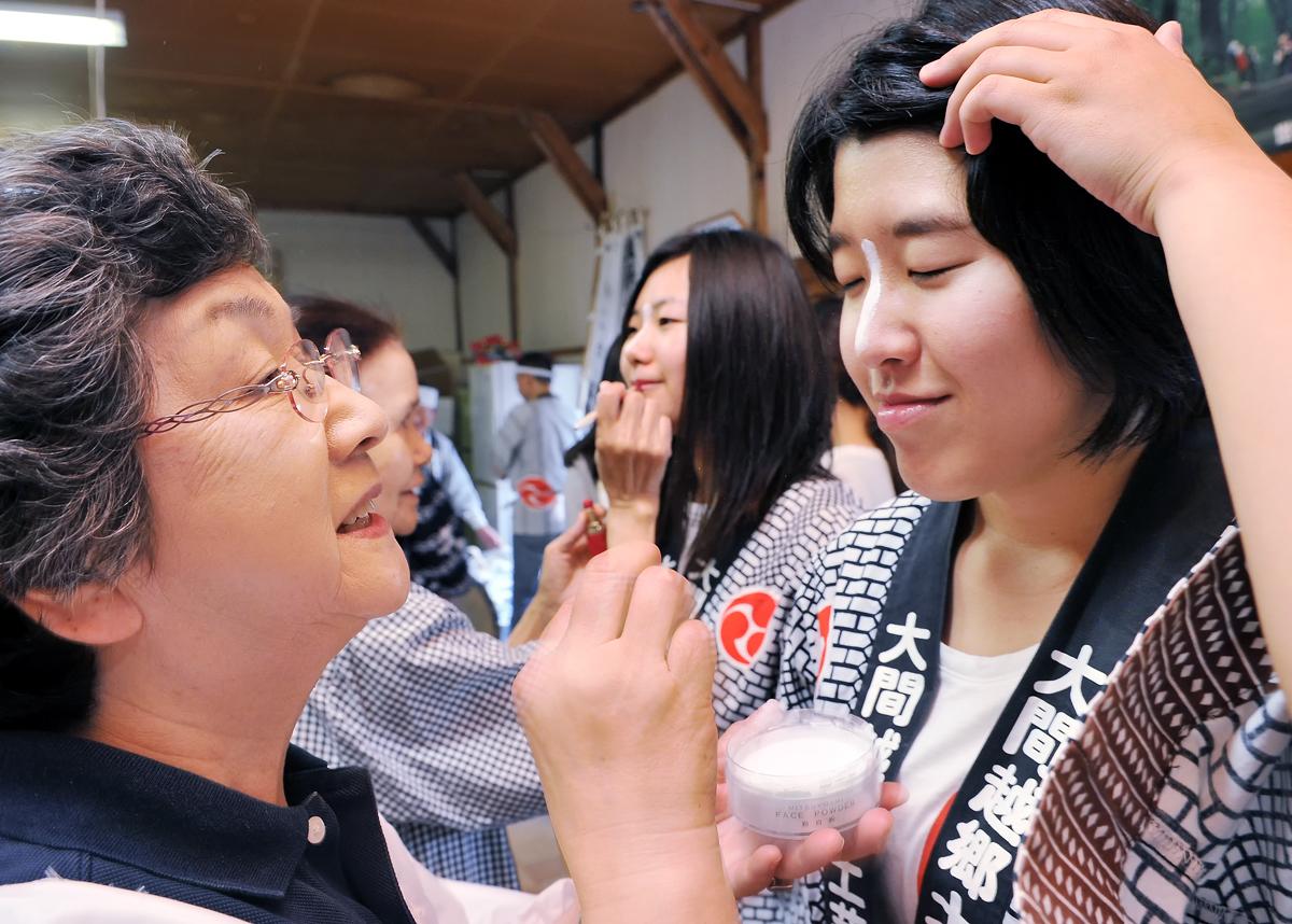 女子学生も祭り化粧を