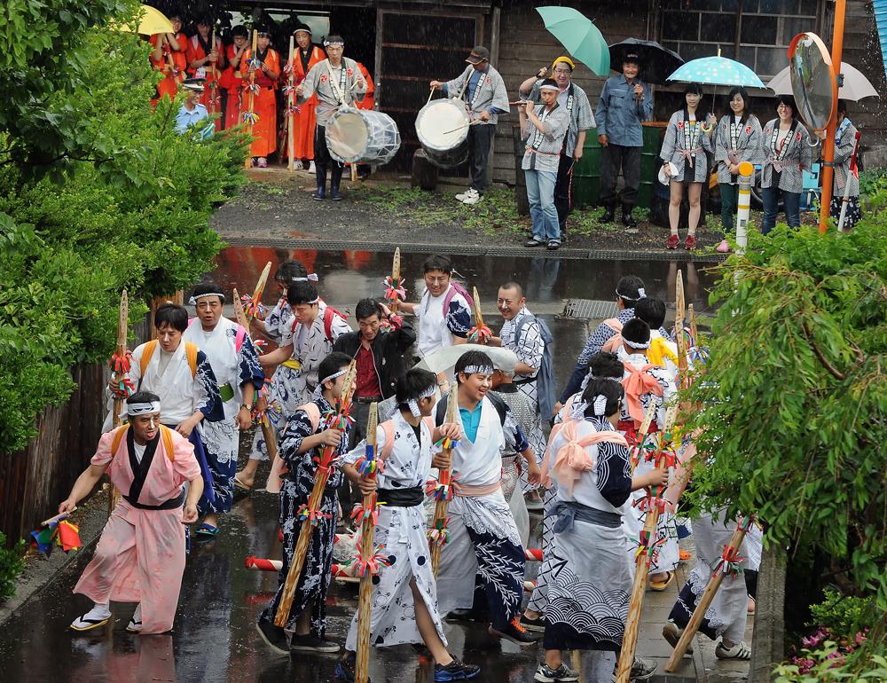 神社の前で舟神輿の周りを踊る