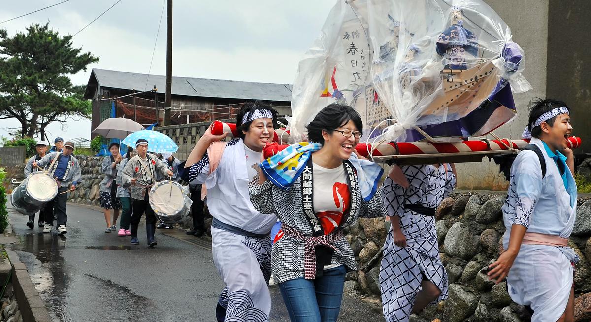 元気よく舟神輿を担ぎ、集落内を練り歩くIVUSAの学生