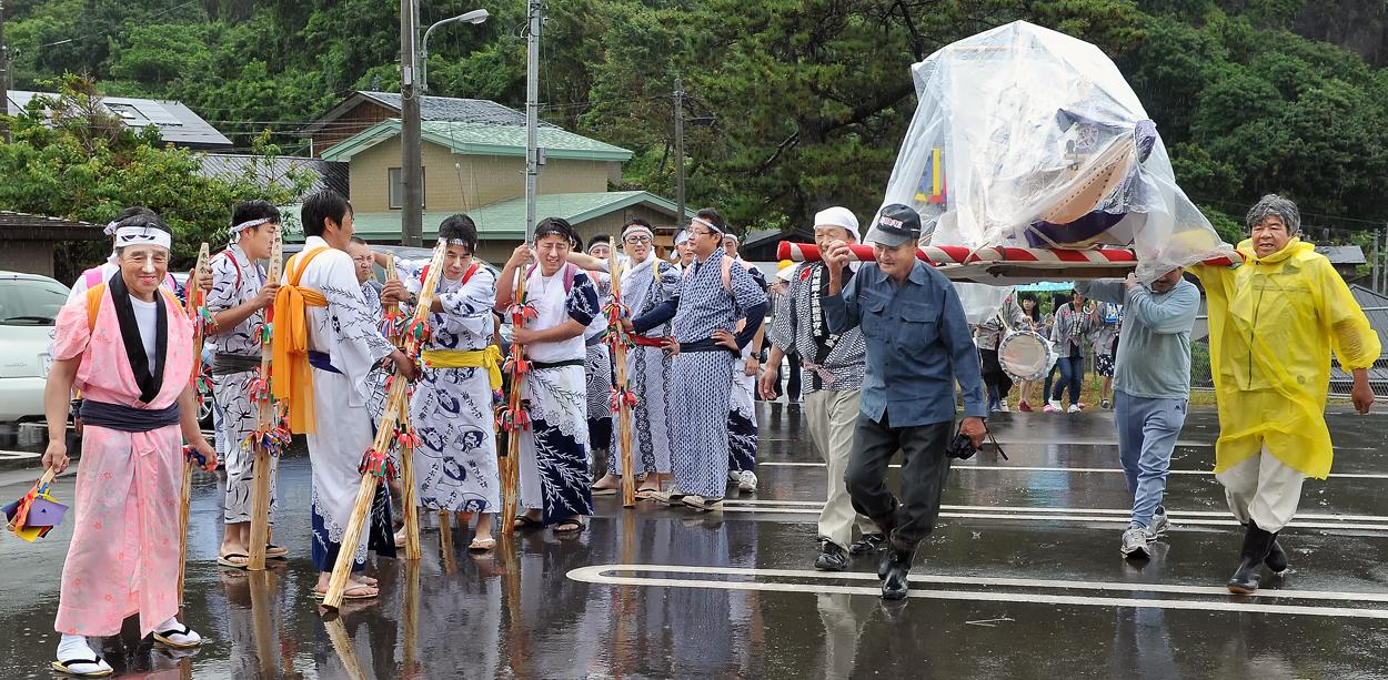 大雨で全員がびしょ濡れ。それでも神事は進行する