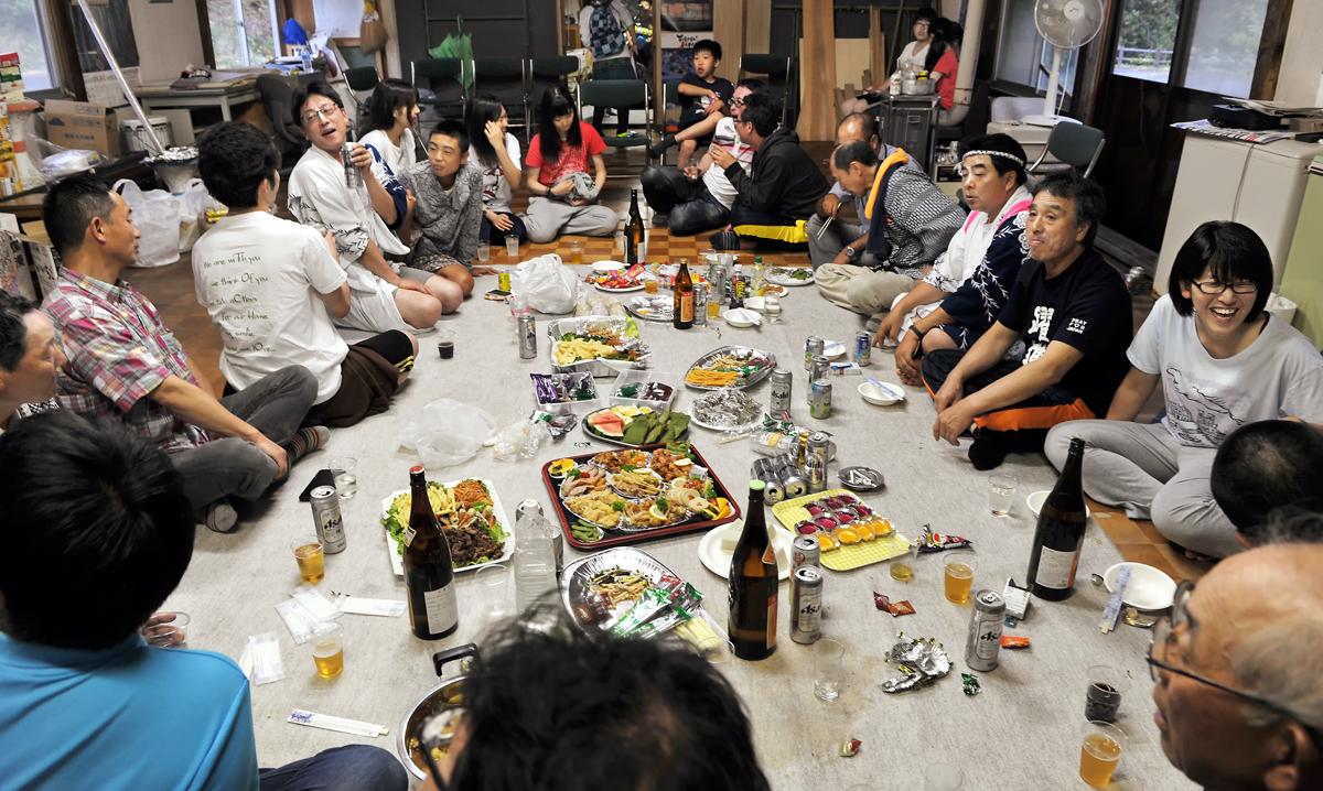 青年会館に集まった集落の方々と学生たち