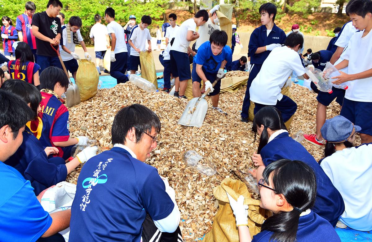 先生と生徒たちが一緒に作業。少人数の学校の良さもあるが‥