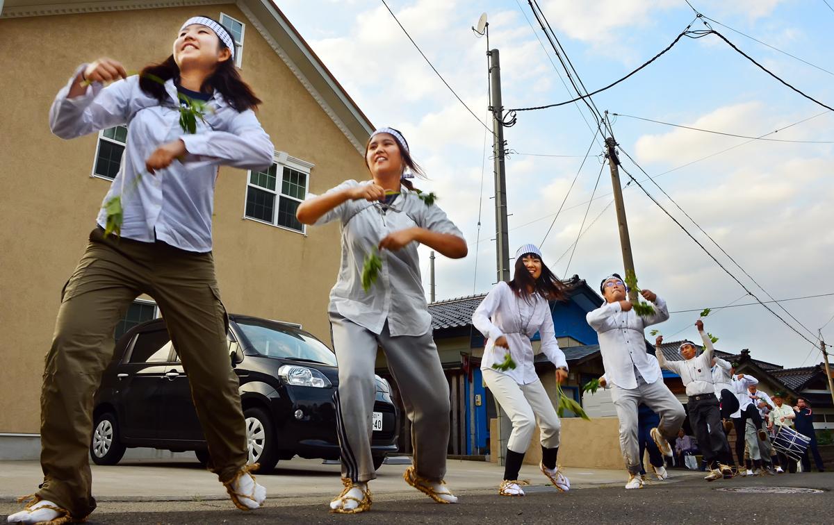 女子学生たちも元気いっぱいに踊る