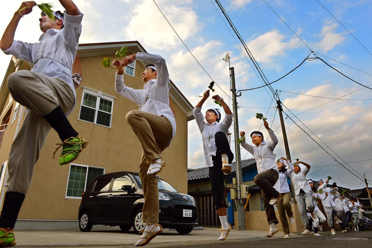 NEW 御山参詣の踊りで、コミカルな仕草で飛び上がり、回転するIVUSAの学生たち