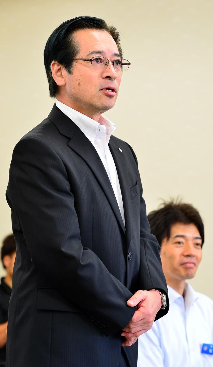 学生たちに挨拶する吉田満・深浦町長