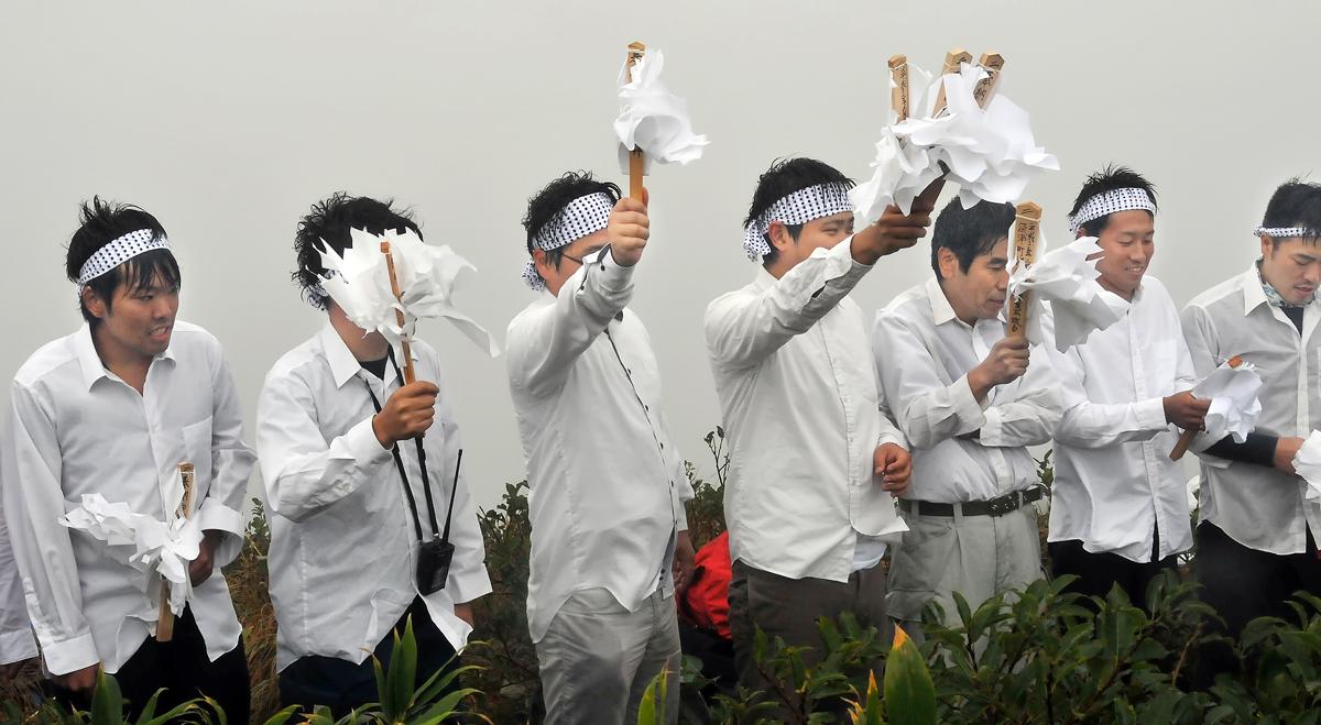 頂上の祠に参拝する参加者たち(棟方友裕さん撮影)