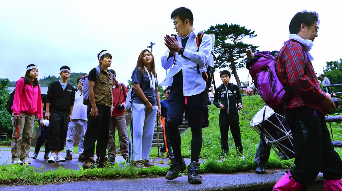 登山を先導する若集(手前の二人)の指示で行動する