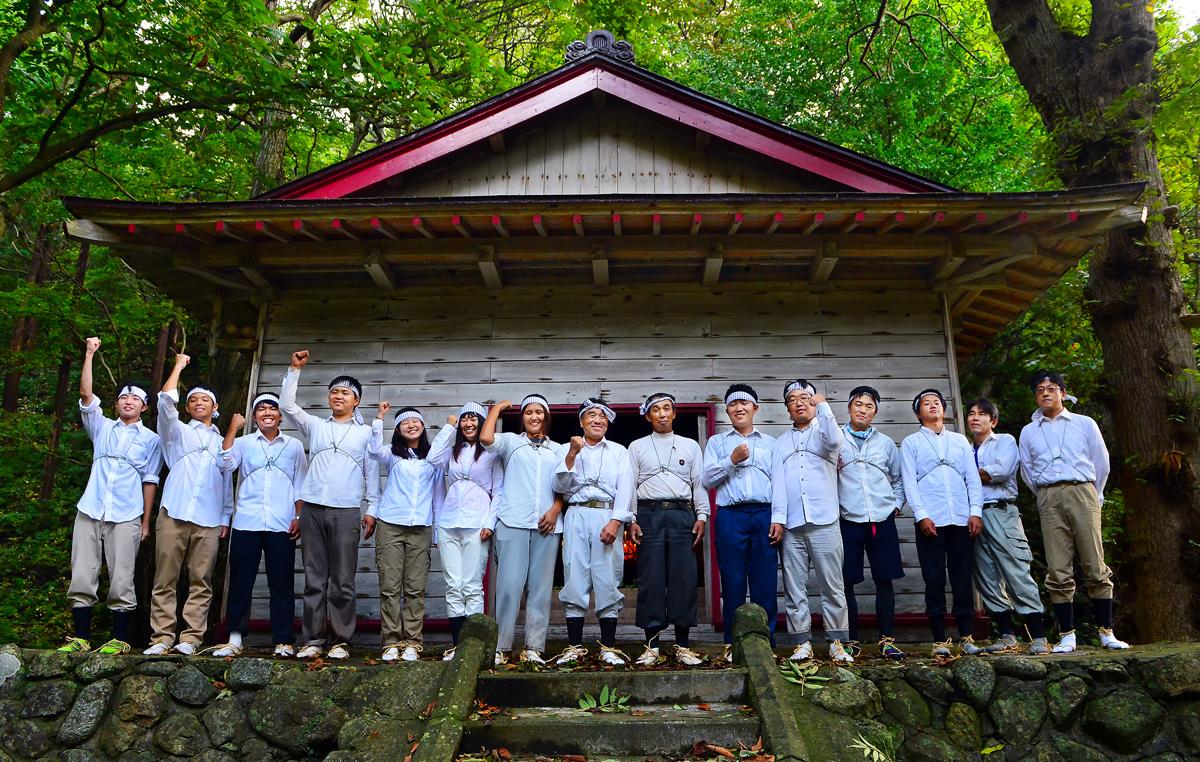 麓の稲荷神社で参加者全員で記念撮影