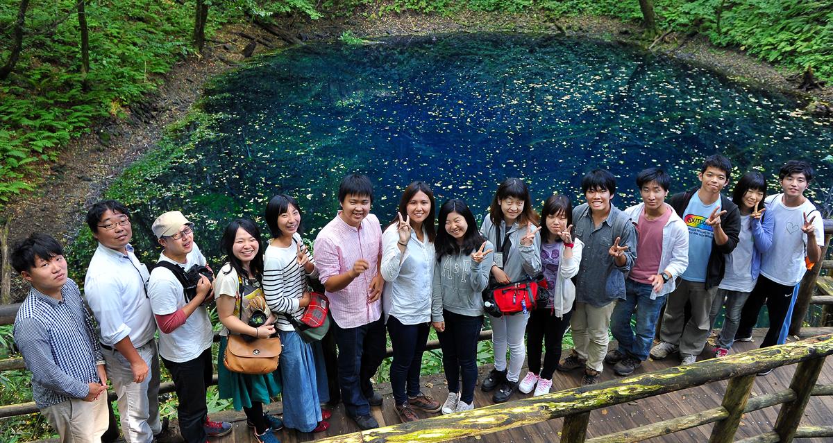 青池を訪ねた学生たち