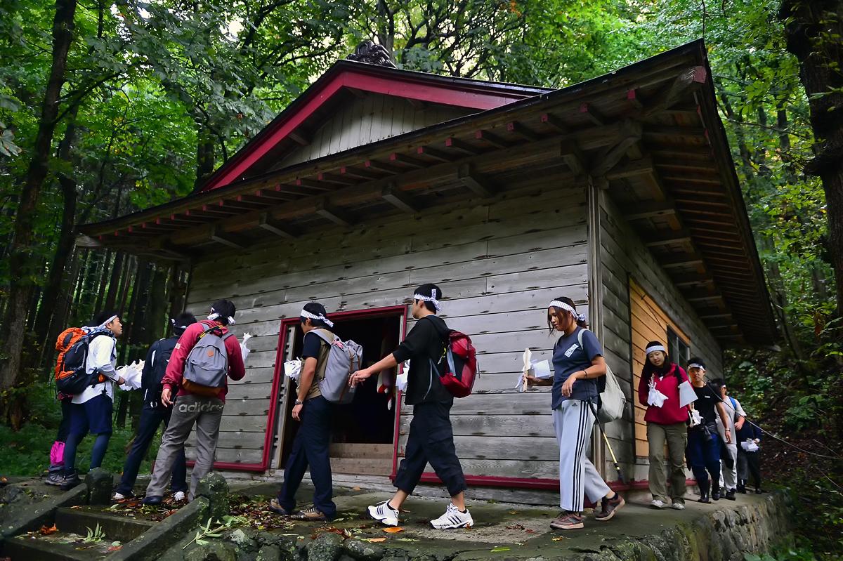 山かけを前に、大間越稲荷神社の周りを3周して、参拝