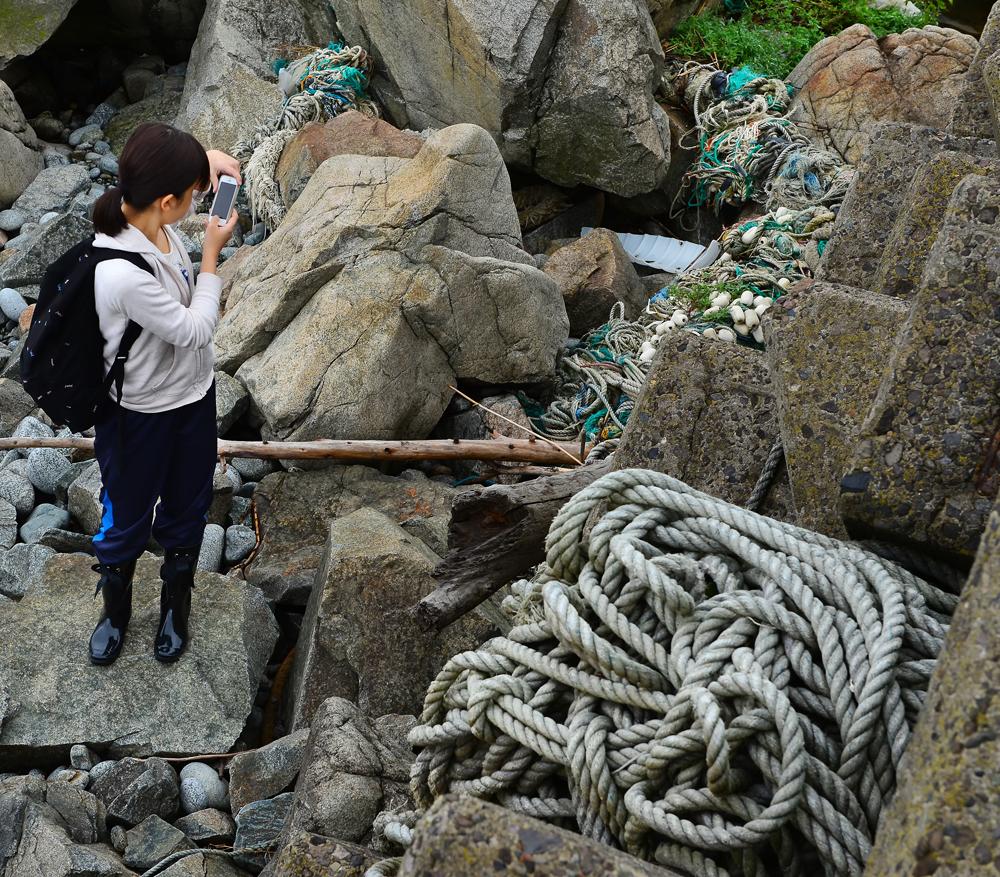 テトラなどに挟まったロープや漁具
