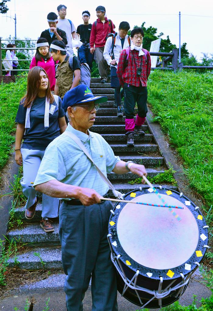 太鼓や笛でのお囃子を先頭に、川へ禊に向かう