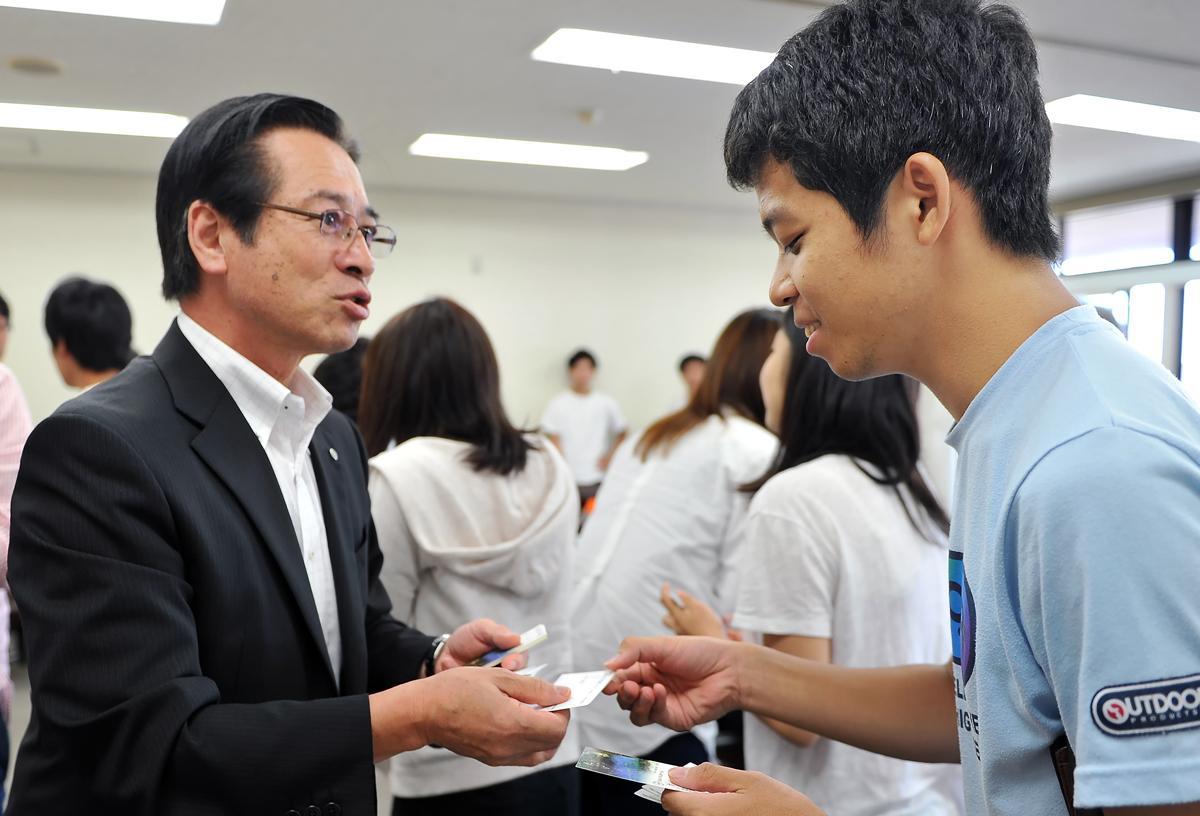 同じ大学の後輩に会って、表情が和む吉田町長