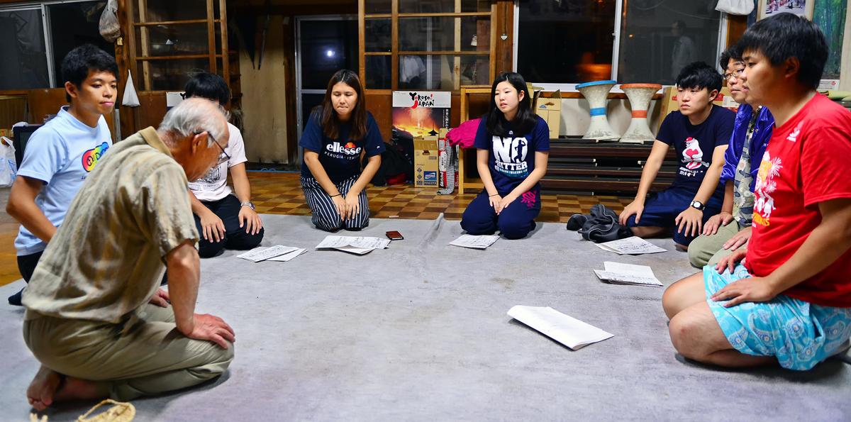 山かけに参加する学生に挨拶される保存会の伊藤会長