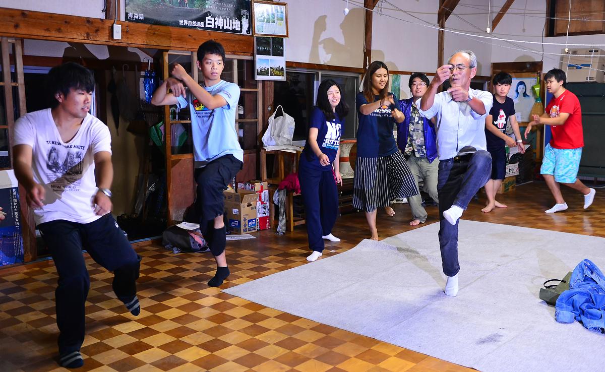 保存会の柴田さんから踊りの手ほどきを受ける