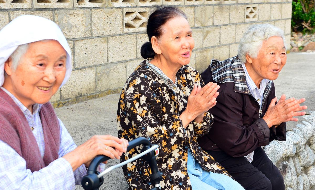 山かけ踊りのお囃子に手拍子で応えるお年寄りたち