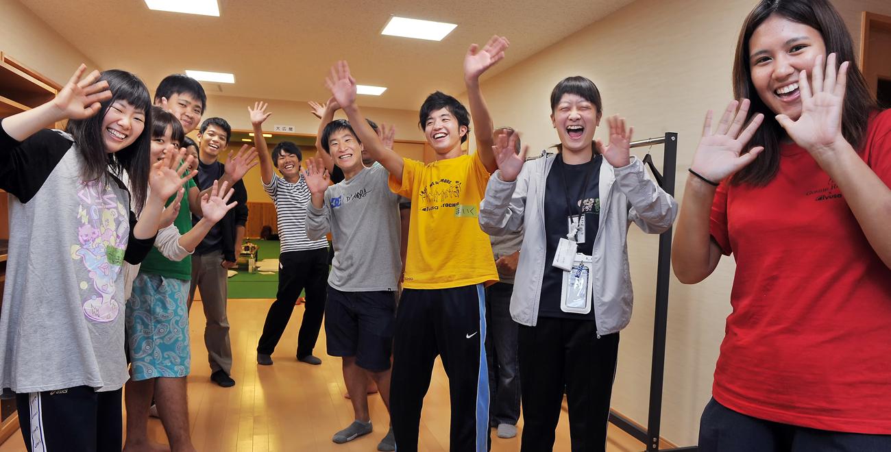 笑顔で手を振る大学生たち