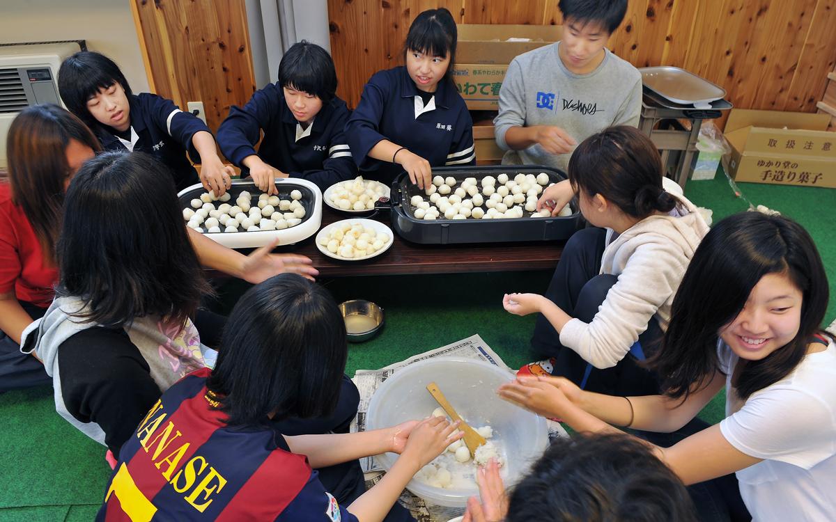 深浦校舎の生徒も一緒に料理作り