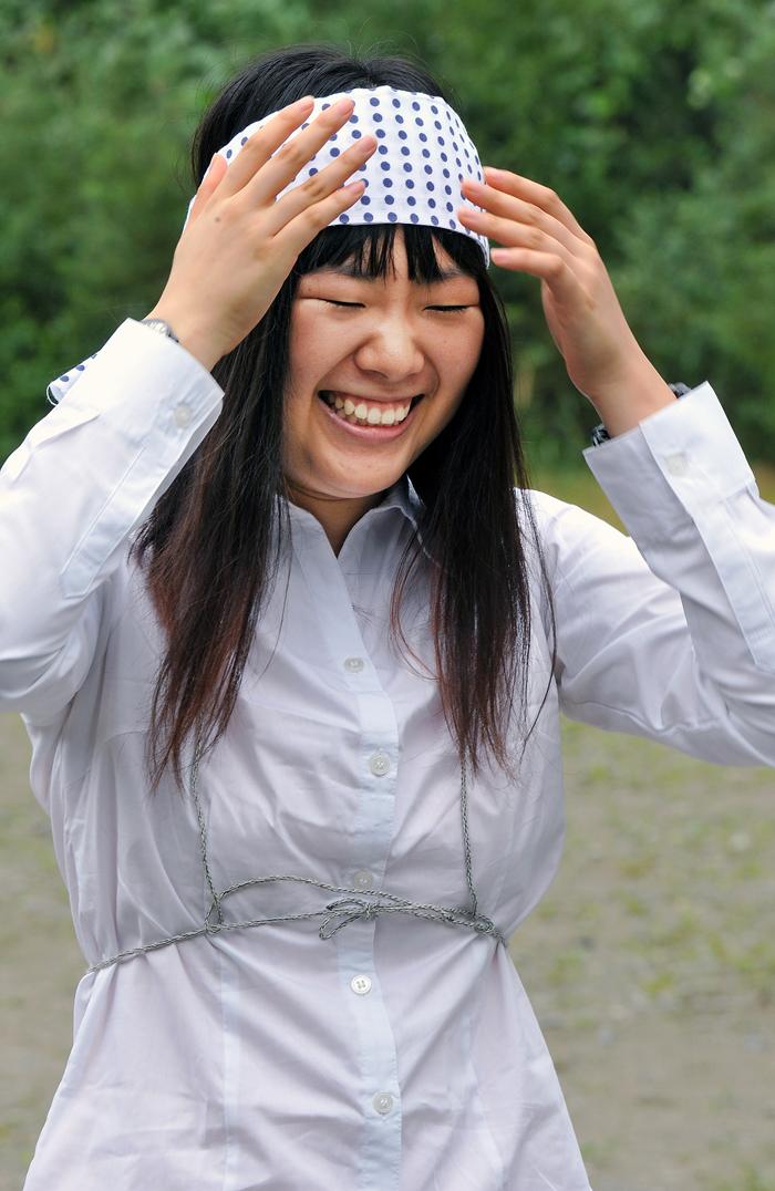 山かけの神装に身を包んだIVUSAの女子学生。少しはにかんだ