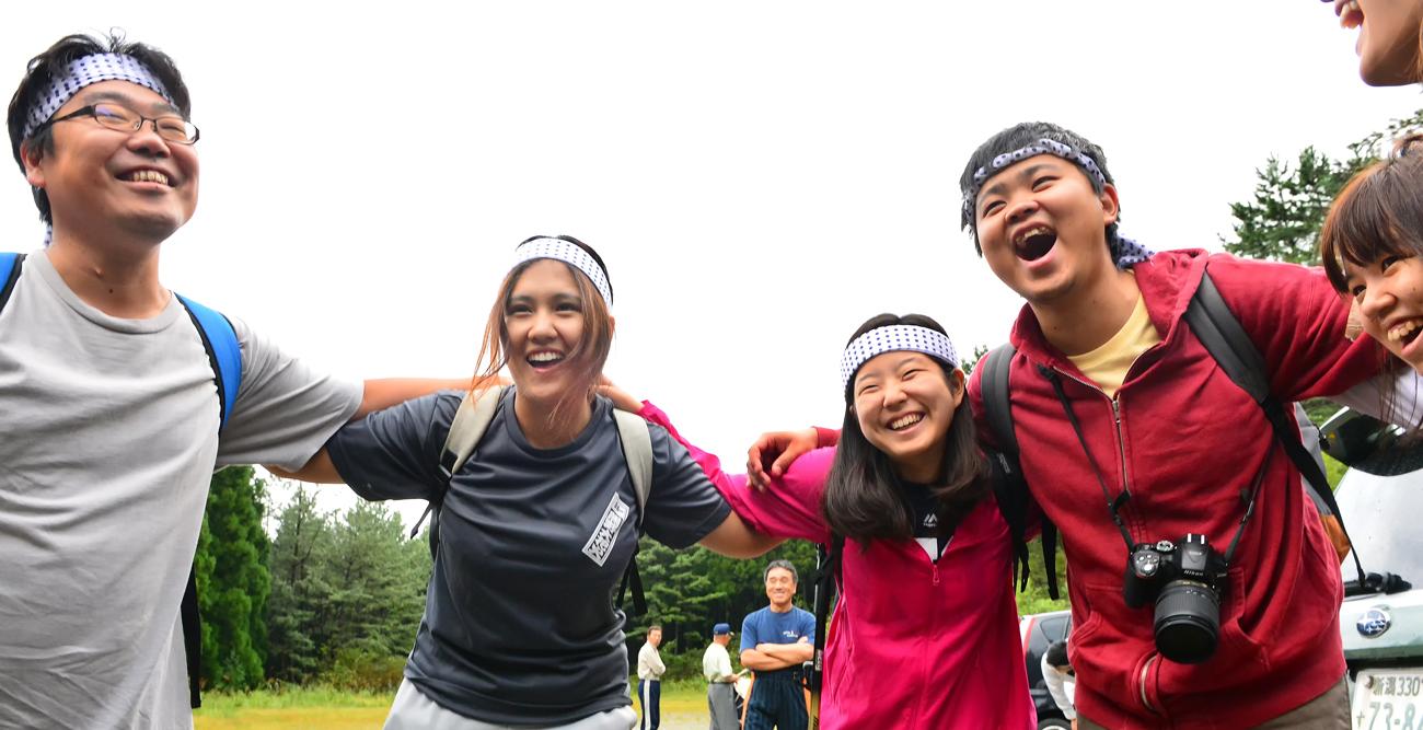 山へ登る前に、円陣を組んで気合を入れる学生たち