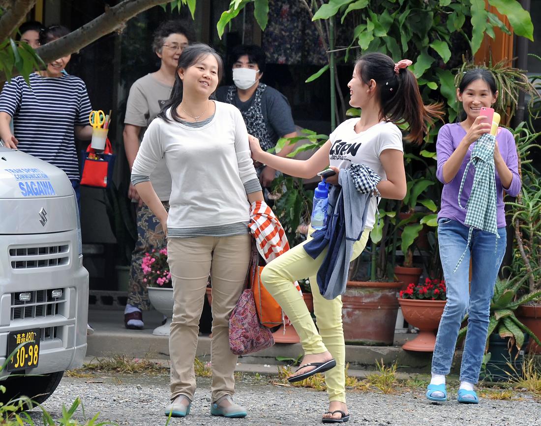 仕事を終えた中国人研修生たちも、思わず踊りを真似ていた