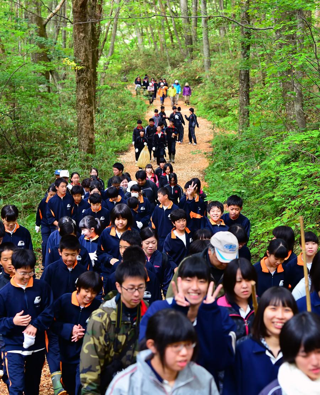 遊歩道を歩く生徒たち。笑顔が絶えない