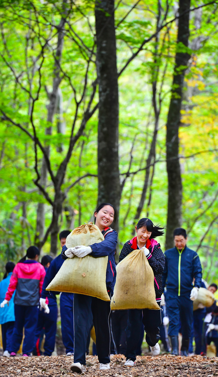 10キロ入りのチップの袋を抱える女子生徒