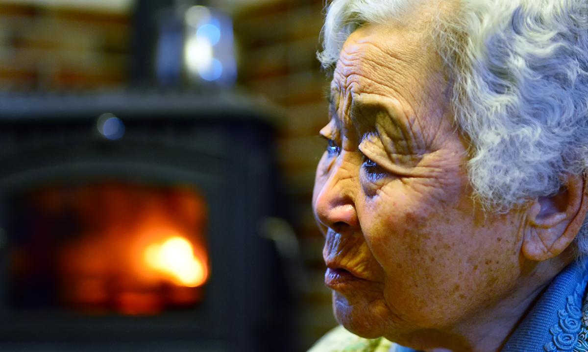 暖炉の前で涙を浮かべるマサ婆ちゃん