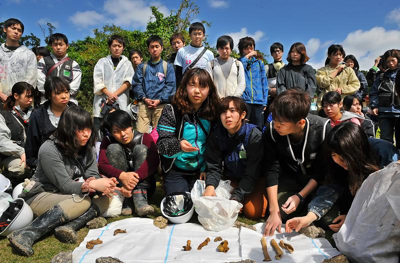 真栄里で活動するIVUSAの学生たち