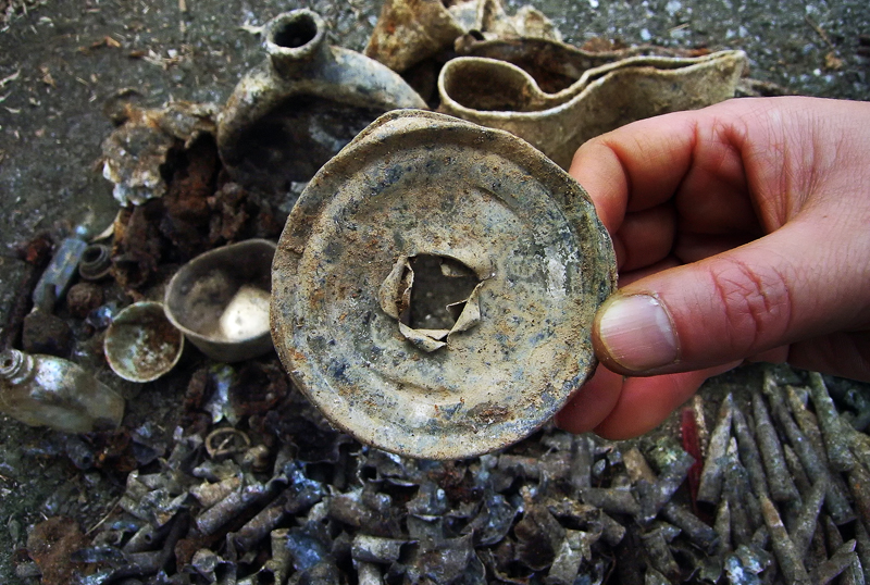 印鑑と一緒に出てきた対人地雷。穴が開いている