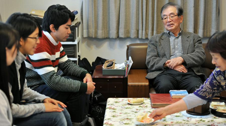 黒田会長からお話を聞く学生たち