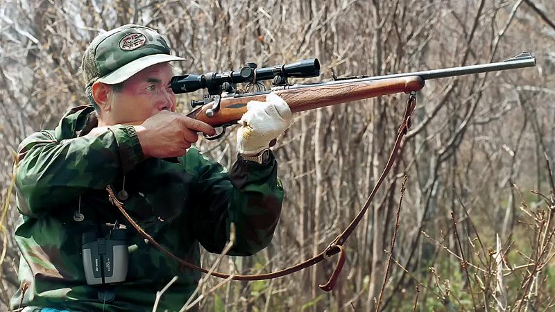 ライフル銃でクマを狙う伊勢親方