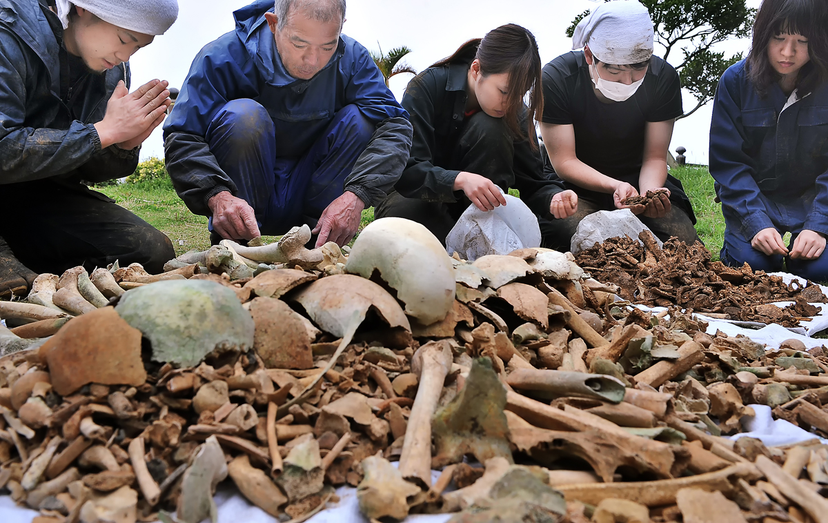 JYMAの学生たちと掘り出した遺骨を鑑定