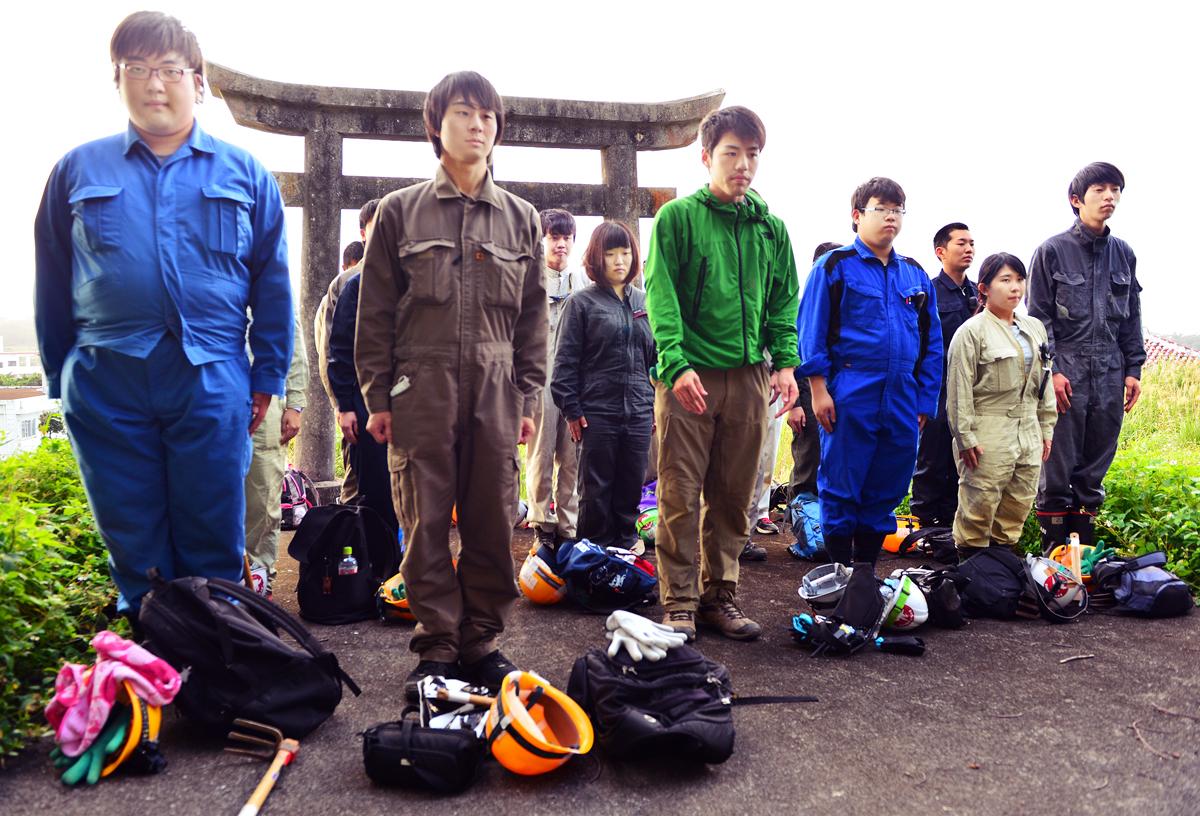 現場の入り口にある神社で拝礼するJYMAの学生たち