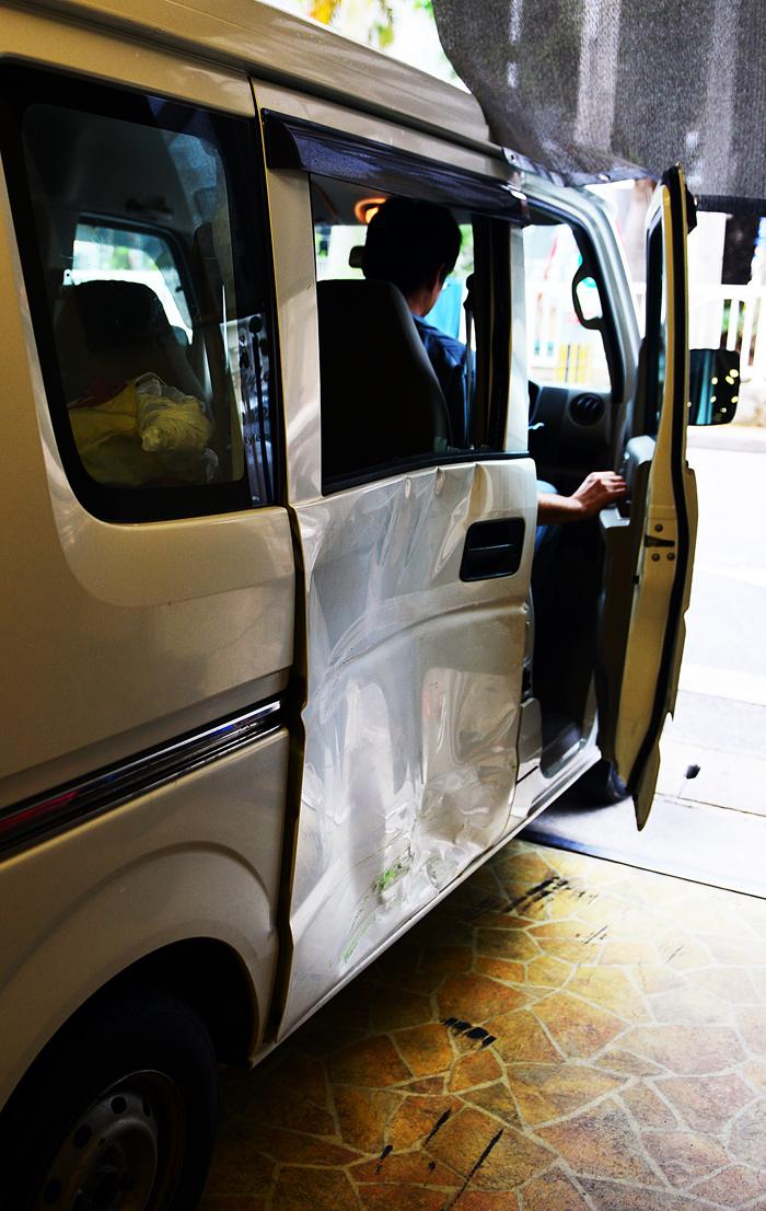 大きくへしゃげた軽ワゴン車の後部ドア