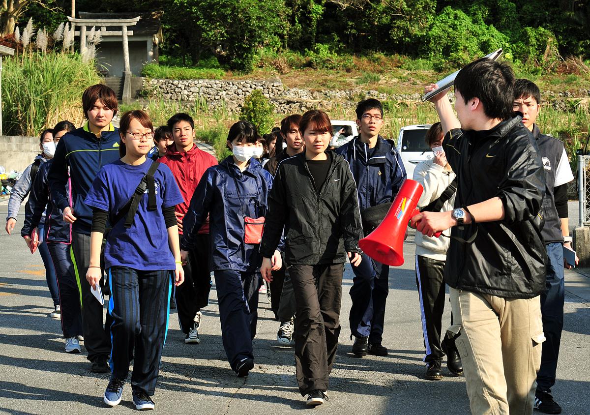 リーダーに引率され、現場へ赴く学生たち