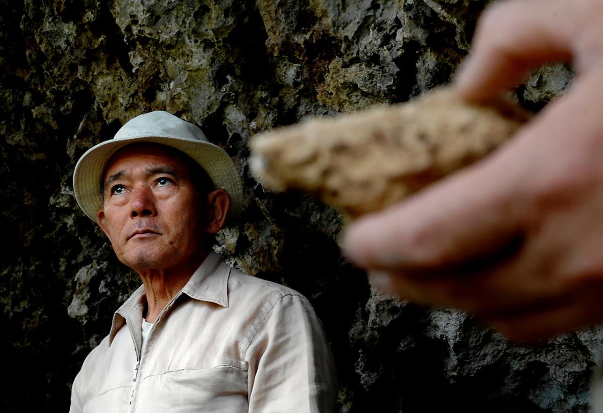 遺跡の発掘現場で語る国吉さん