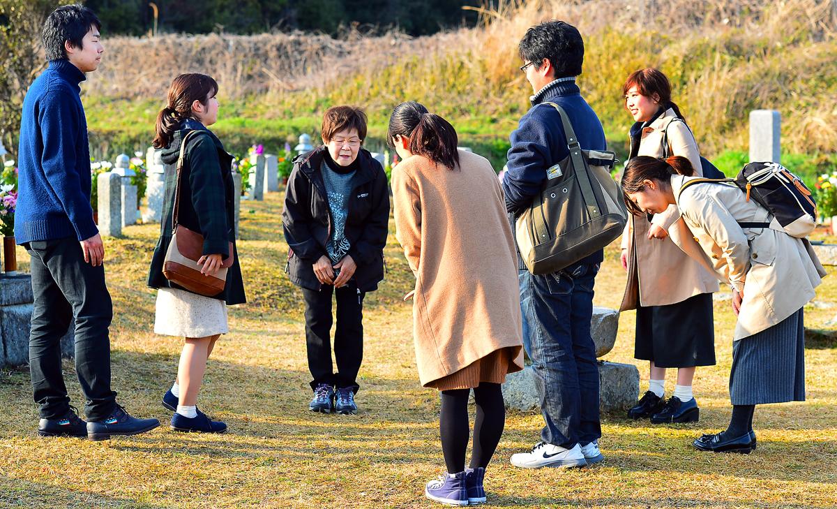 学生たちにお礼をする慶子さん(後方中央)