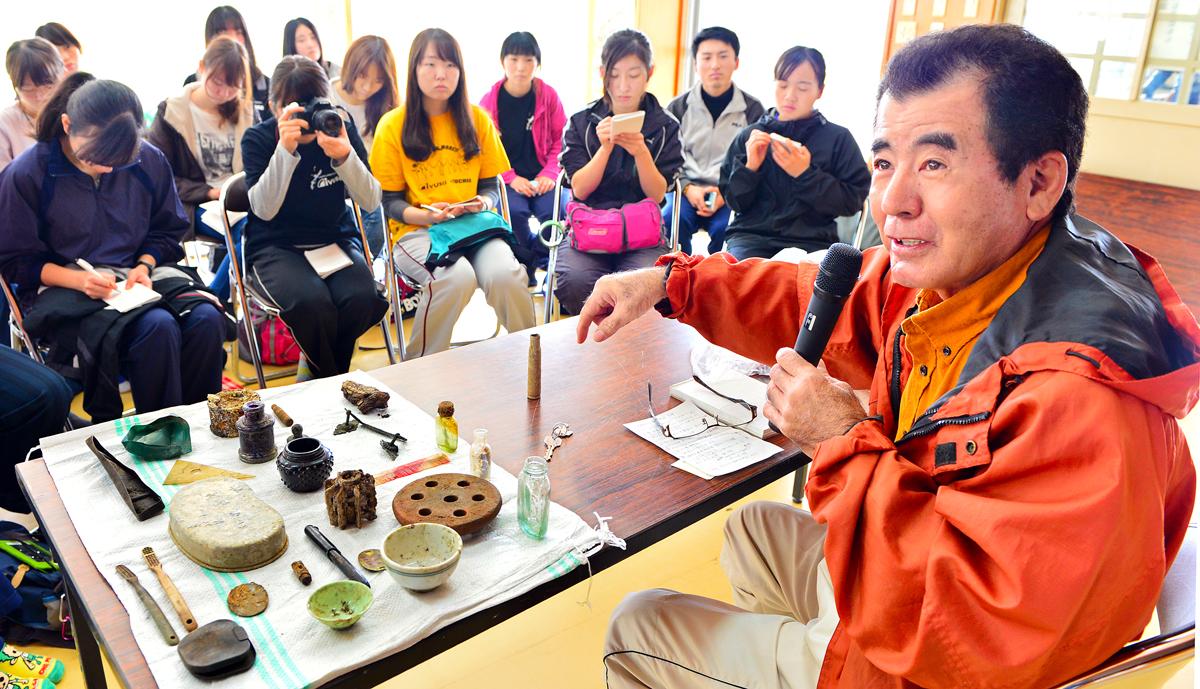 学生たちに体験談をして下さる国吉集落の神谷区長さん