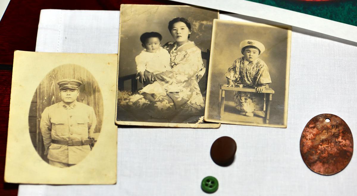 遺族や本人の写真とメダルなどの遺留品