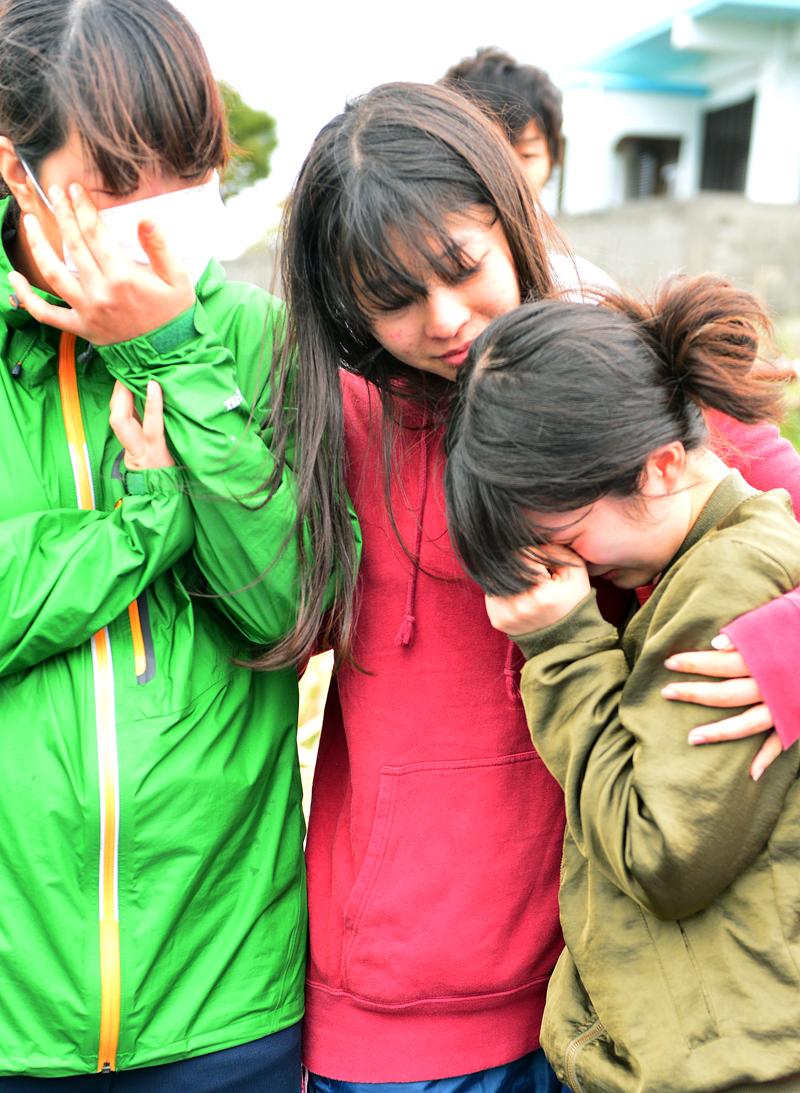 収集作業を終えて、号泣する女子学生たち