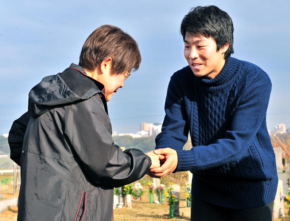 学生の手を握り、労いとお礼を述べられる