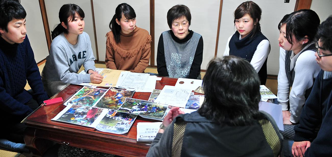 慶子さんへ説明する学生たち