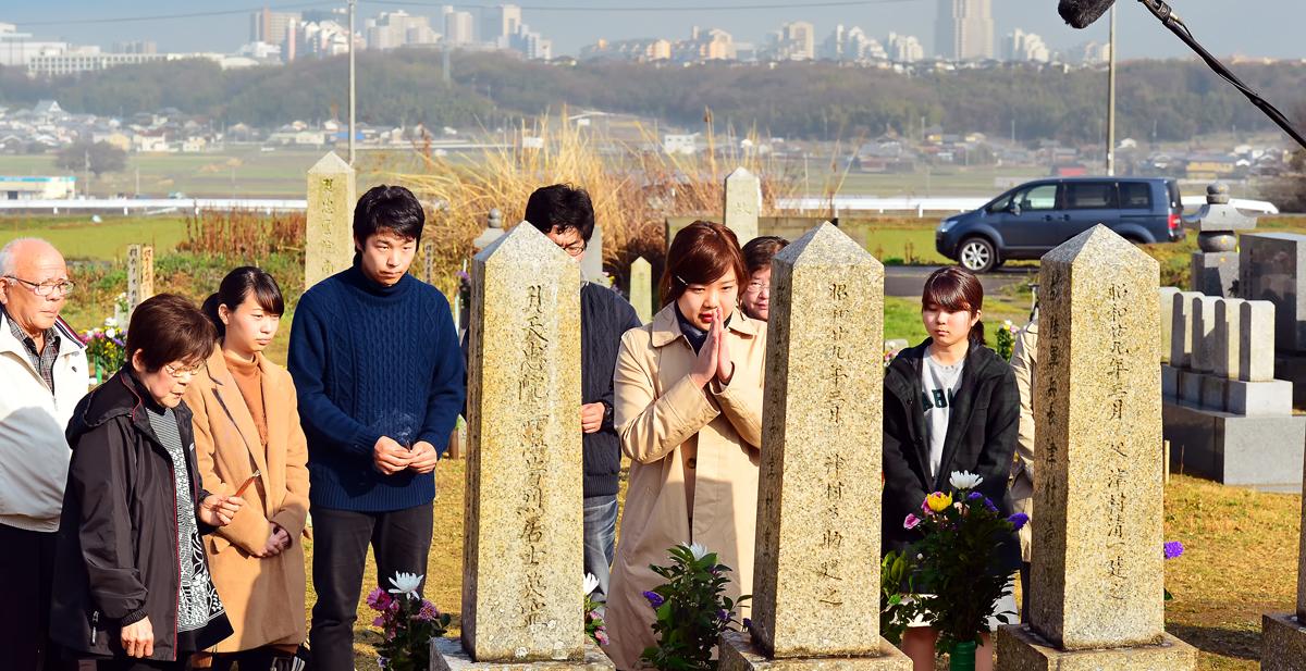 津村さんの墓標に祈りをささげる。後方は西神ニュータウン