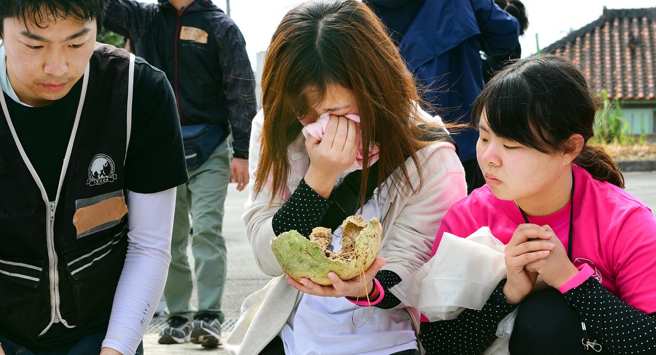 遺骨を手に号泣する女子学生