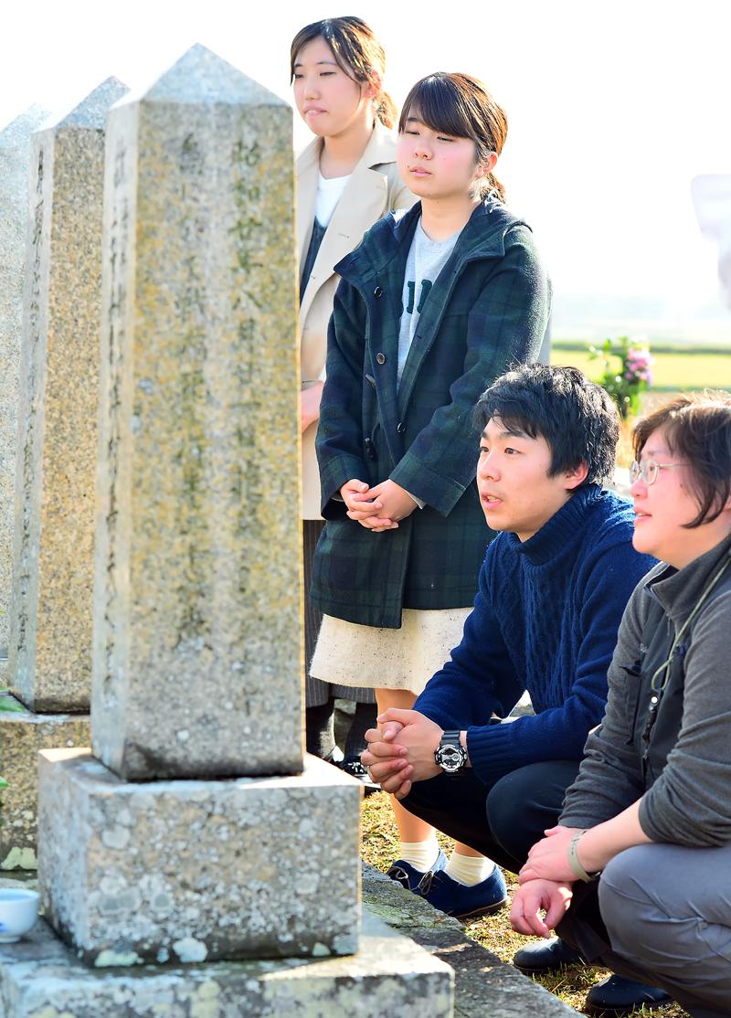 津村重治さんの墓標の前で