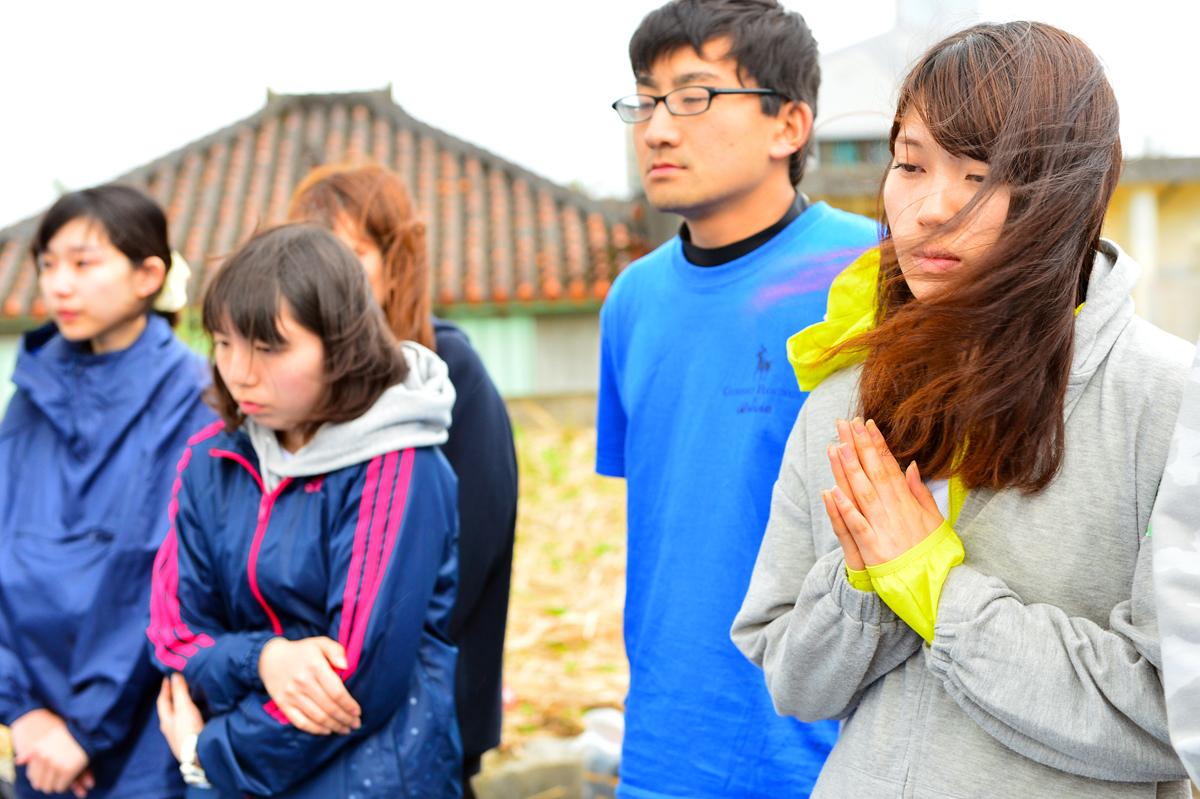 それぞれの想いを込めて祈る学生たち