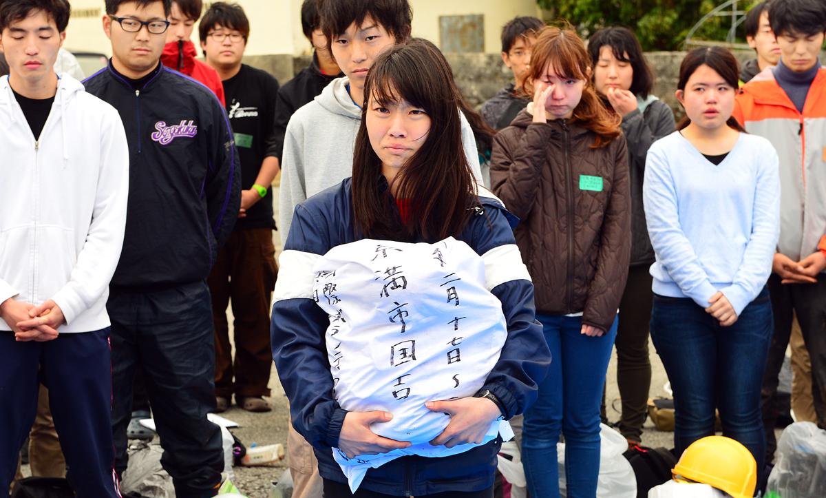 納骨袋を手にした合原リーダーと学生たち